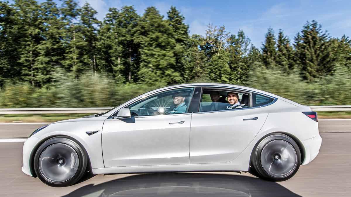 drive in motion Tesla auf der Autobahn