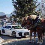 Audi R8 mit Schnee und Pferdekutsche im Alpenvorland