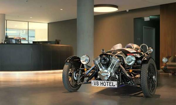Drive in motion V8 Hotel Oldtimer