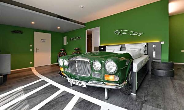 Drive in motion V8 Hotel Jaguar Zimmer