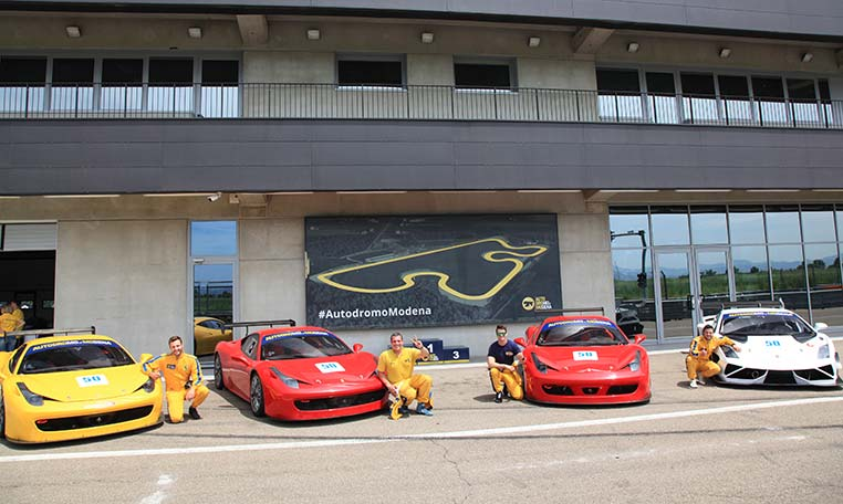 Instruktoren vor dem Autodromo in Modena