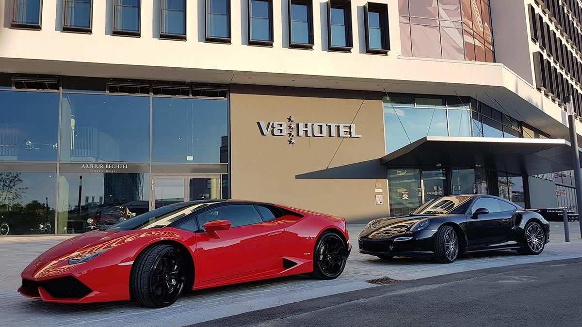 Porsche und Lamborghini vor V8 Hotel Motorworld Böblingen