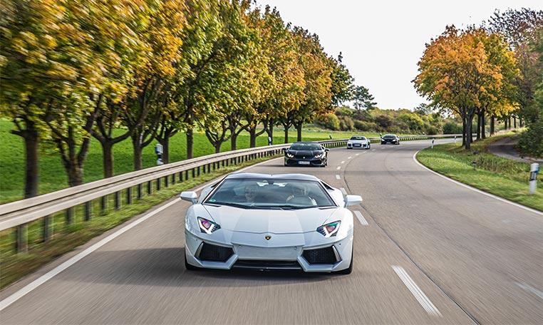 drive in motion Ferrari auf Straße
