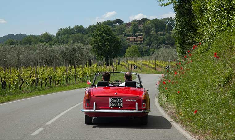 drive in motion Oldtimertour Gardasee - Oltimer auf Landstraße in Italien