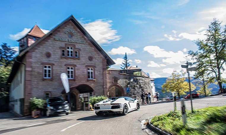 Lamborghini vor Schloss Eberstein